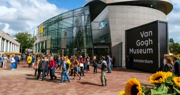crowded, overtourism, Amsterdam, museum
